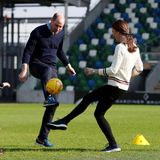 27. Februar 2019  Im Rahmen ihres Besuchs der Irish Football Association in Belfast nehmen William und Kate am Fußballtraining der Kinder teil.