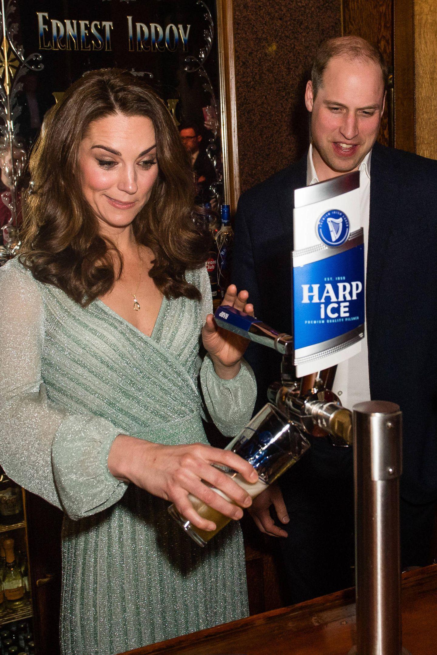 27. Februar 2019  Dort zapfen sich die beiden ein Bier.