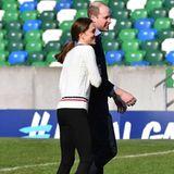 27. Februar 2019  Lächelnd schmiegt sich Kate an ihren Ehemann.