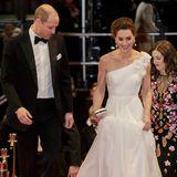 """10. Februar 2019  Bei der Verleihung der """"British Academy Film Awards"""" (Bafta) passt William auf, dass seine Liebste nicht über ihr Kleid stolpert."""