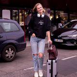 Fast zeitlich erreicht auch das deutsche Model Toni Garrn den Berliner Flughafen. Mit zerrissener Hose und Sweater hat sie eine entspannte Reise hinter sich.