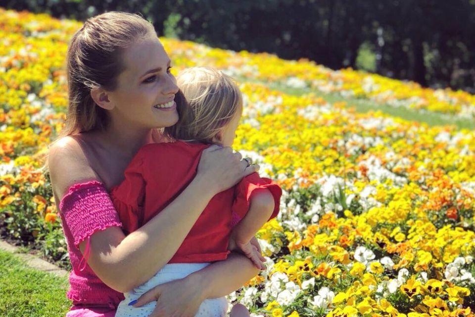 Zusammen mit Fußballer Tim Kister hat Yvonne Schröder heute zwei Kinder. Ihr Sohn Sam kommt im September 2013 zur Welt, ihre Tochter folgt genau zwei Jahre später.