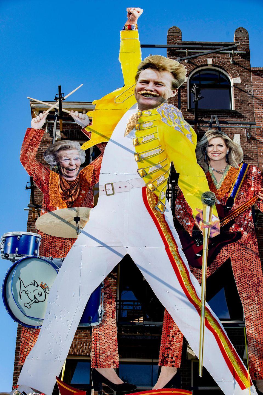 """Das Café """"De Blavende Vis"""" hat anlässlich des Königstags vor seiner Tür lustige Pappaufsteller von König Willem-Alexander, Königin Máxima und Prinzessin Beatrix als glitzerndes Pop-Trio aufgestellt."""