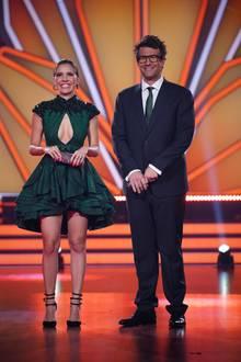 In Live-Show fünf überraschte uns Victoria Swarovski mit einem Kleid, das nicht nur das Dekolleté der hübschen Blondine, sondern auch ihre Beine in den Fokus setzt. DiePailletten-besetzte Schulterpartie machen die25-Jährige an dem Abend zu einem Blickfang. Das nennt sich Team-Work auf allen Ebenen: Co-Moderator Daniel Hartwich hat sogar seine Krawatte farblich zu dem Kleid des Designers Tony Ward abgestimmt.