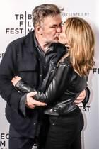 Gemeinsam sind wir stark:Hilaria Baldwin hat sehr offen über den Verlust ihres ungeborenen Kindes gesprochen. Nun zeigen sich Alec Baldwin und Hilaria küssend auf dem roten Teppich beim Tribeca Film Festival.