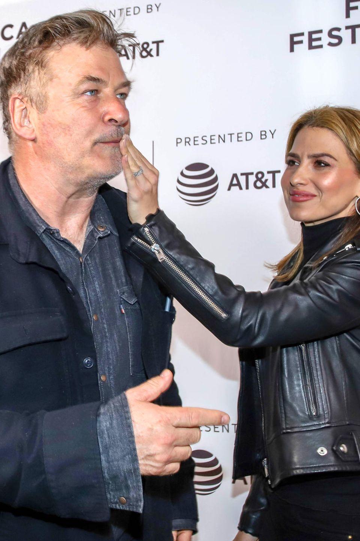 Liebevoll wischt Hilaria Baldwin ihrem Mann Alec Baldwin nach dem Kuss den Lippenstift vom Mund.