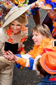 Auch KöniginMáxima zeigt sich sehr nahbar und steht für Selfies bereit.