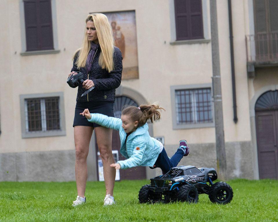 ... Das hätten sie sich vielleicht nochmal überlegen sollen, denn Tomaso Trussardi verursacht einen Crash mit Tochter Sole, die unfreiwillig eine Bruchlandung hinlegt ...