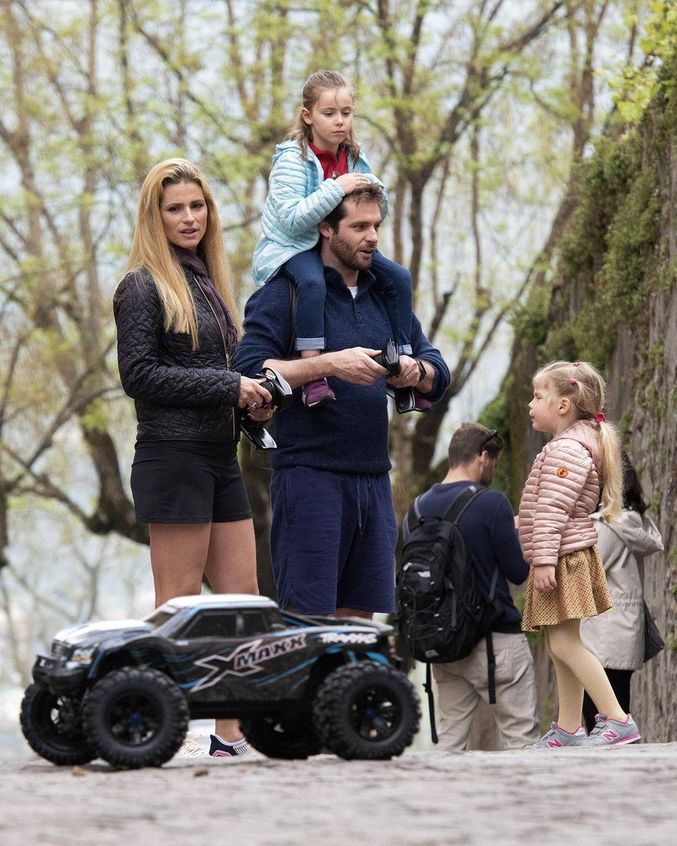 26. April 2019  Michelle Hunziker und Tomaso Trussardi wollen mit ihren Töchtern Sole und Celeste ihre neuen ferngesteuerten Autos ausprobieren ...