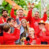 Prinzessin Amalia winkt mit gemeinsam mit Bürgern der Gemeinde Eemnes den Fotografen zu.