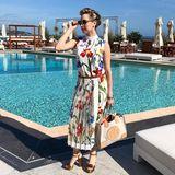 Da kann der Sommer ja kommen! Jazmin Grace Grimaldi postet ein wunderschönes Outfit des Mode-Labels Tory Burch. Das Kleid in Midi-Länge und floralem Muster schmeichelt der 27-Jährigen sehr.