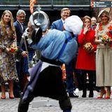 Ein Straßenkünstler unterhält die niederländische Königsfamilie bestens.