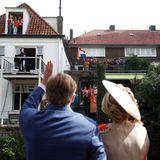 Überall versuchen die Zuschauer einen guten Blick auf die Königsfamilie zu erhaschen. König Willem-Alexander nimmt sich sehr viel Zeit, um alle begrüßen zu können.