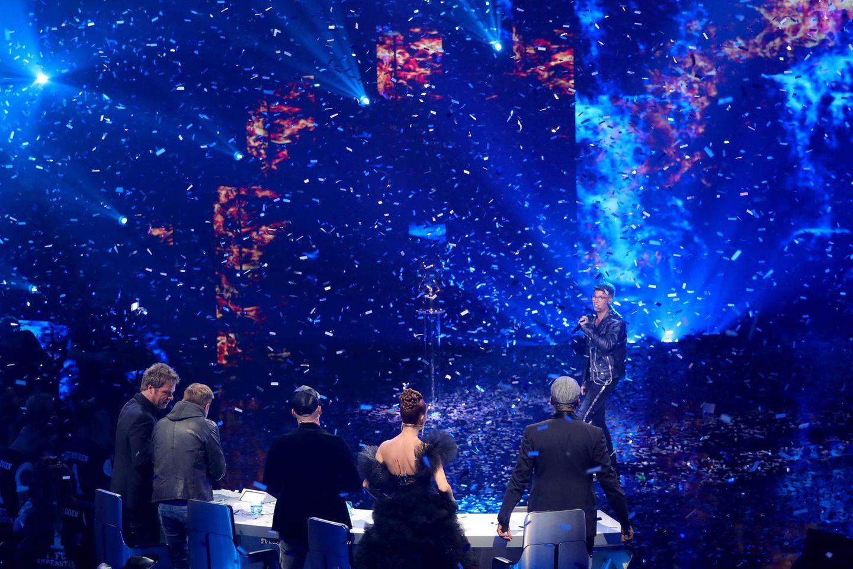 Moderator Oliver Geissen und die DSDS-Jury feiern den diesjährigen Sieger.