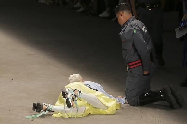 Tales Soares liegt auf dem Laufsteg, ein Sanitäter kniet neben ihm