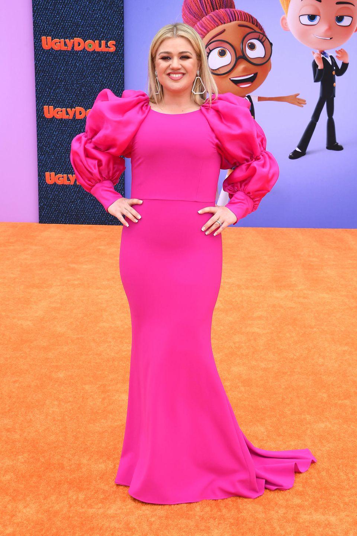 ... überwältigt uns die hübsche Blondine in einem Wow-Kleid in der Knallfarbe Pink. Der ebenfalls figurbetonte Schnitt des Kleides macht deutlich, dass die Sängerin einige Kilos leichter ist. So oder so: Kelly Clarkson ist eine tolle Power-Frau mit einer Wahnsinns-Stimme.