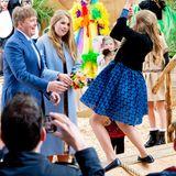 Prinzessin Ariane übt sich unter den wachsamen Blicken von Papa König Willem-Alexander und der großen Schwester Prinzessin Amalia im Seilschwingen.