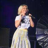Auch Ex-DSDS-Gewinnerin Beatrice Egli performt in einem hochgeknoteten Shirt und Rock in der Arena Leipzig. Ob sich die drei Schlager-Stars wohl vorher abgesprochen haben?