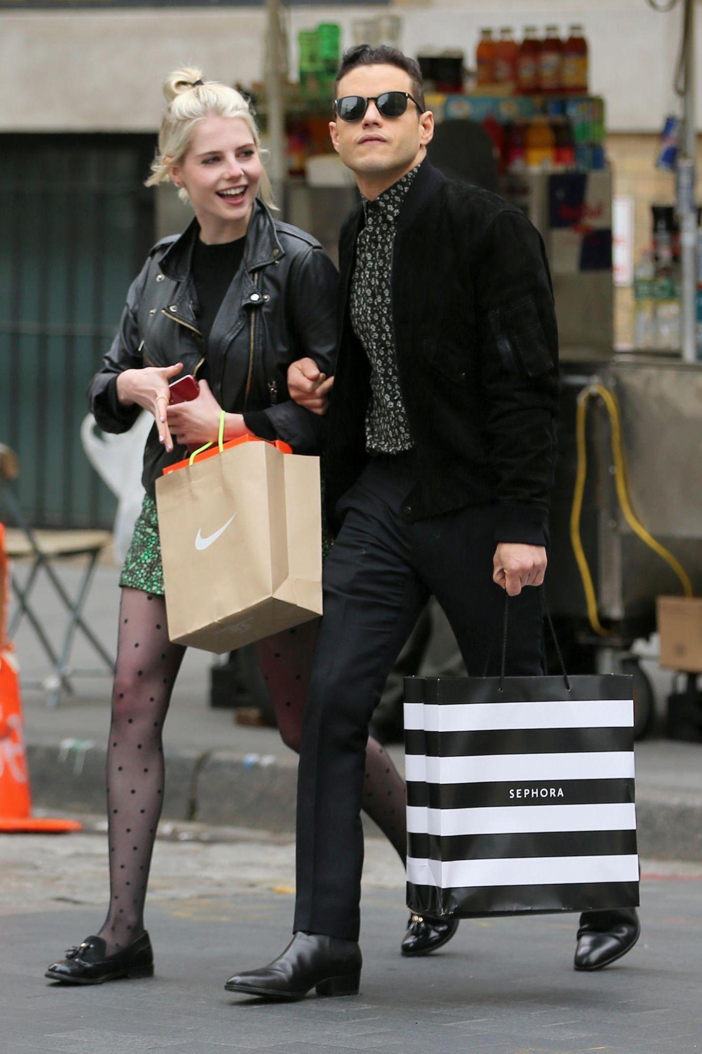 """Lucy Boynton und Rami Malek schlendern mit Einkaufstüten durch New York. Gerade erst wurde bekannt, dass der Oscar-Gewinner bald Bösewicht im neuen """"James Bond""""-Film wird - ob die beiden sich hier für kommende Premieren und Auftritte ausstatten?"""