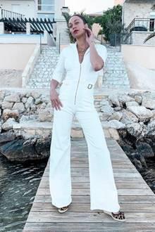 """Lilly Becker präsentiert auf Instagram ihren """"liebsten Denim-Look"""". Der weiße Jumpsuit von Donna Ida Denim im Stil der 70er-Jahre ist ohne Frage ein sexy Hingucker, finden Sie nicht? In diesem Outfit könnte Lilly ohne Probleme in einem Remake der Kult-Serie""""Drei Engel für Charlie"""" mitspielen."""