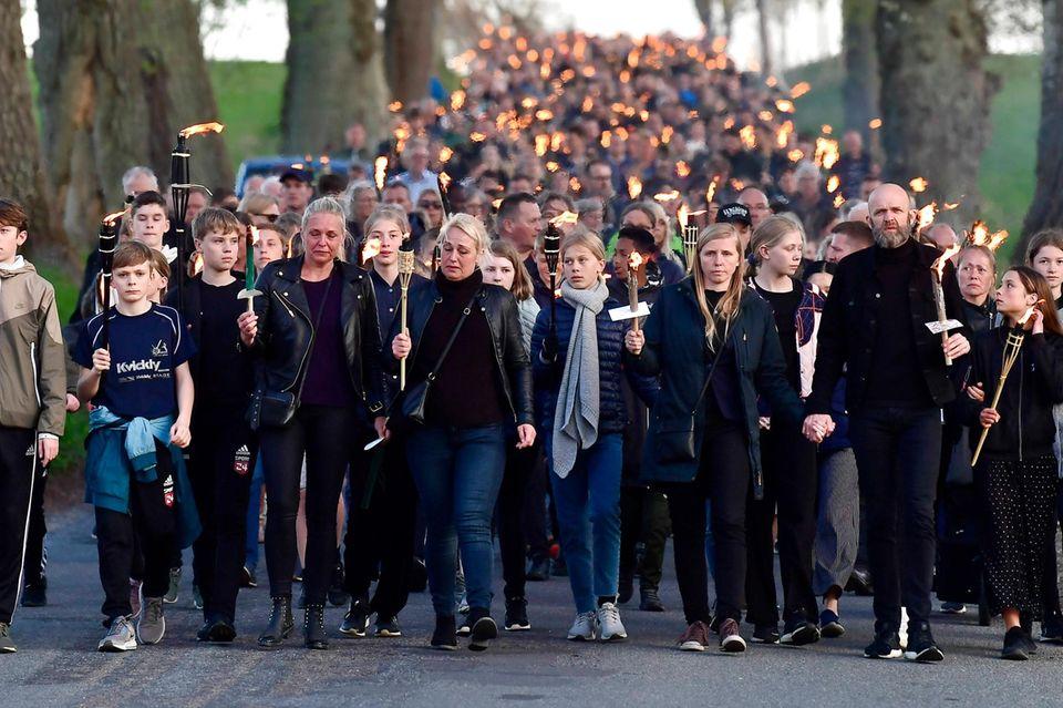 Mehrere Tausend Menschen nehmen am Trauermarsch für die toten Kinder von Anders Holch Povlsen teil.
