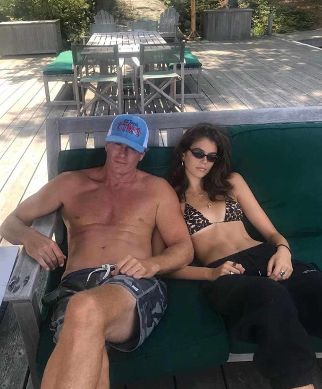 """Daddy Cool! Kaia Gerber gratuliert auf Instagram ihrem Vater zum Geburtstag, schreibt: """"Herzlichen Glückwunsch Daddy, ich liebe dich! Danke, dass du mir dein Aussehen gegeben hast."""" Auch wir müssen sagen: Der Apfel fällt nicht weit vom Stamm. Zumindest, was die Attitude angeht, haben Vater und Tochter den gewissen Coolness-Faktor."""