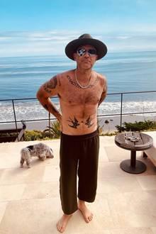 """Huch, auf diesem Bild ist Sex-Symbol Robbie Williams ja kaum wieder zu erkennen. Nur wegen seiner unverwechselbaren Tattoos ist klar, dass es sich um denWeltstar handeln muss. DenMusiker zieren rund 17 Tintenwerke, die alle eine besondere Bedeutung haben. Die Schwalben hat er sich zum Beispiel 2003 stechen lassen. Sie symbolisieren Freiheit und Loyalität. Können aber auch zweideutig verstanden werden, denn das englische Wort für Schwalbe """"Swallow"""" heißt auch """"Schlucken"""" und kann mit der Positionierung der Vögel Richtung Penis also auch anders interpretiert werden."""
