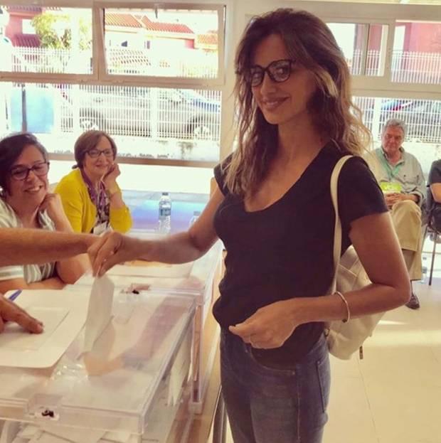 Was Schauspiel-Schönheit Penélope Cruz an ihrem 45. Geburtstag macht? Sie geht wählen. Damit sie dabei das Kreuzchen an der richtigen Stelle setzt, trägt die Oscar-Preisträgerin eine stylische Brille. Wir finden: Nicht nur das politische Engagement, auch die Brille stehen ihr sehr gut zu Gesicht.