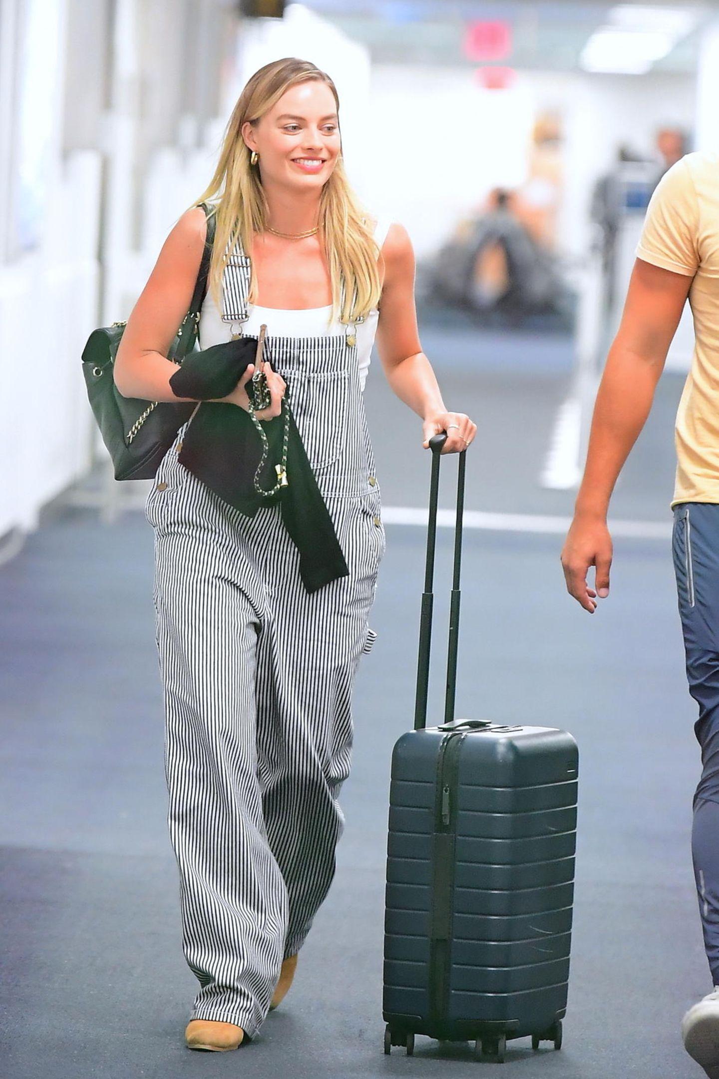 """""""Komfort geht vor"""" scheint sich Margot Robbie bei diesem Look gedacht zu haben. Zu Tanktop und Latzhose kombiniert sie flache Schuhe und keinerlei Make-up."""