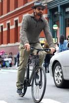 """Wen haben wir denn da? """"PS: Ich liebe dich""""-Schauspieler Gerard Butler radelt durch New York City. Da hat es aber jemand sehr eilig ..."""