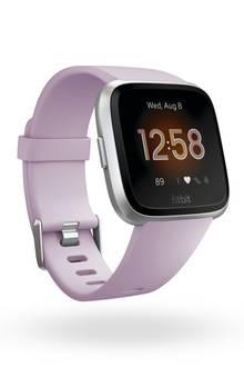 """Die neue, schlankere Version dersmarten Fitnesswatch überzeugt durch ihre sehr angenehme Bedienung und ein elegantes und auswechselbares Design. """"Versa Lite"""" von Fitbit, ca. 160 Euro"""