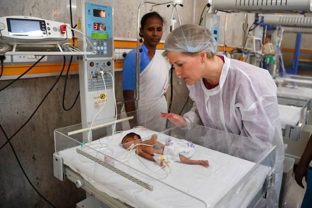 29. April 2019  Es muss ein emotionaler Moment gewesen sein:Gräfin Sophie von Wessex besucht das Gandhi Medical College und Krankenhausin Hyderabad, Indien. Auf der Frühchen-Station beugtsich die Frau von Prinz Edward vorsichtig über das kleine Baby.