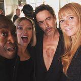 """So sehen Superheldenin ihrer Freizeit aus: Während derDreharbeitenzu """"Avengers: Endgame"""" finden die Schauspieler Don Cheadle, Scarlett Johansson, Robert Downey Jr. und Gwyneth Paltrow noch kurz die Zeit, ein Erinnerungs-Foto am Set zu schießen."""