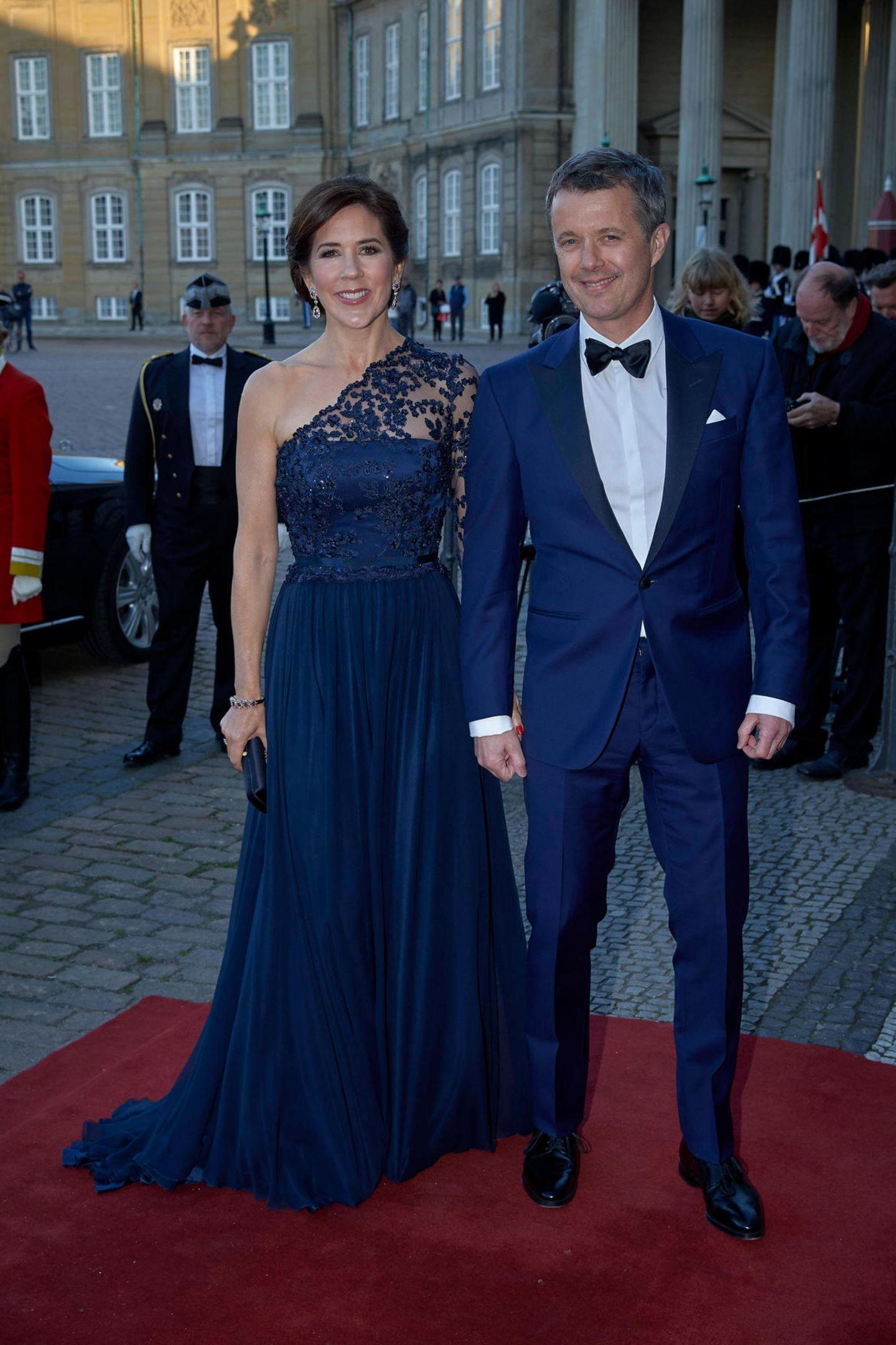 Kronprinzessin Mary von Dänemark strahlt an der Seite ihres Gatten Kronprinz Frederik. Das attraktive Paar hat seine dunkelblauen Outfits perfekt aufeinander abgestimmt.