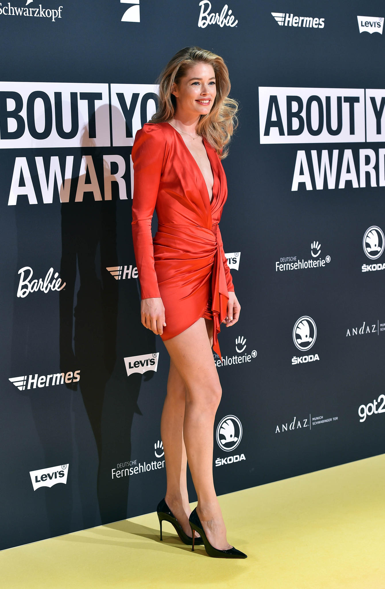 """Zu den """"AboutYou""""-Awards in München erschien Doutzen Kroes im roten Minikleid, das ihre Figur bestens zur Geltung brachte."""