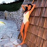 Mit diesem gut gelaunten Schnappschuss wünscht Verona Pooth ihren Fans auf Instagram einen guten Morgen. Auf der Social-Media-Plattform sorgt die Werbeikone oftmals mit kleineren und größeren Photoshop-Fails für Aufsehen. Bei diesem Schnappschuss steht allerdings klar der Wow-Body der 51-jährigen Mutter von zwei Söhnen im Fokus.