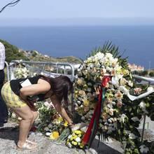 Trauernde legen Blumen an der Unglücksstelle auf Madeira nieder