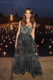 Die schöne Jessica Alba raubt einem immer wieder den Atem. Während der Dior Cruise Show in Marrakech präsentiert sie sich in einer wunderschönen Abendrobe der Designerin Maria Grazia Chirui.