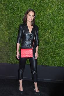 Zeitgleich verzichtet Katie Holmes in New York auf ein elegantes Kleid und schmeißt sich stattdessen in einen rockigen Zweiteiler aus Leder. Die Chanel-Tasche bildet einen knalligen Farbtupfer.