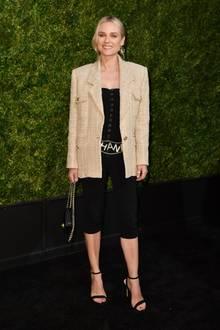 Schauspielerin Diane Kruger zeigt sich in Radlerhose auf dem Red Carpet und kombiniert einen längeren Chanel-Blazer dazu. Diesen Look kann nicht jede Frau tragen!