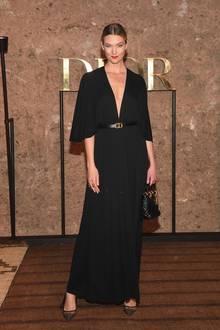 Model Karlie Kloss erscheint auf demselben Event in einemeher zurückhaltenden Look. Der Dior-Gürtel betont die schlanke Taille der Laufstegschönheit.