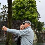 Dieses Paar hält den historischen Moment mit einem Selfie fest.