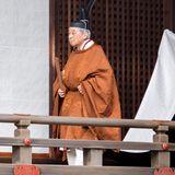 Kaiser Akihito kommt in traditionellem Gewand aus dem Palast.