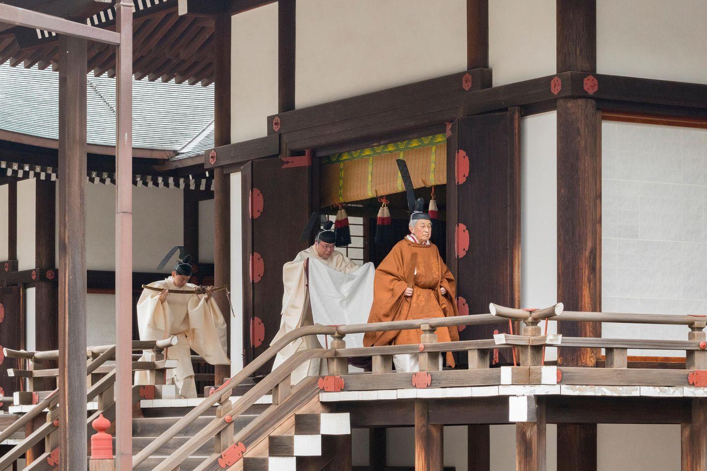 Hinter ihm wird ein Schwert, eins der drei japanischen Throninsignien, getragen. Es symbolisiert Tapferkeit.