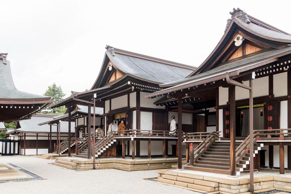 Die Abdankung wird im Kaiserpalast zelebriert. Der kaiserliche Residenz liegt auf dem ehemaligen Gelände der Burg Edoim Zentrum von Tokio.