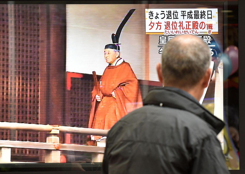 Gebannt verfolgen Passanten die Zeremonie auf den Bildschirmen.