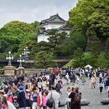Jede Menge Schaulustige versammeln sich vor der kaiserlichen Residenz.