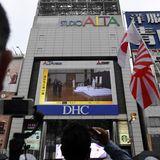 Der Thronwechsel wird auf allen großen Leinwänden in der Tokioter Innenstadt übertragen.