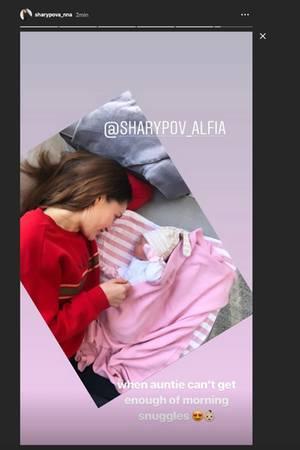 Anna Schürrles SchwesterAlfia Sharypova kuschelt mit der kleinenKaia.