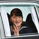 Prinzessin Aiko, das einzige Kind von Prinz Naruhito und Prinzessin Masako, winkt aus dem Auto der Menschenmenge.